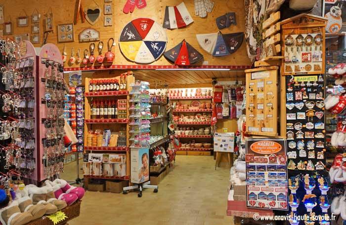... tee shirt Domino La Clusaz. Boutique magasin jouets. Domino Boutique  Souvenirs Cadeaux La Clusaz cbc767166ee0